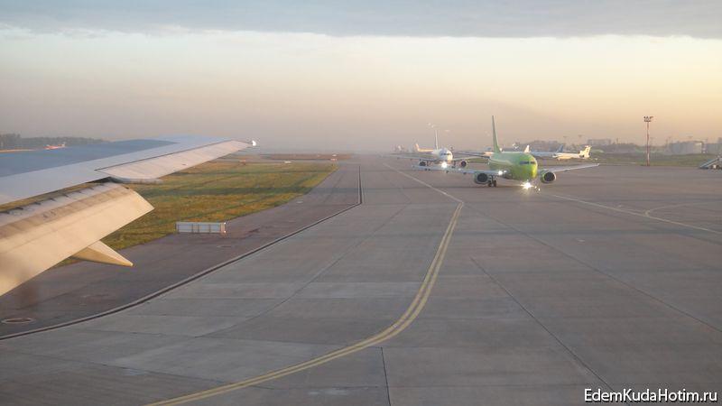 Аэропорт Домодедово, очередь из самолетов
