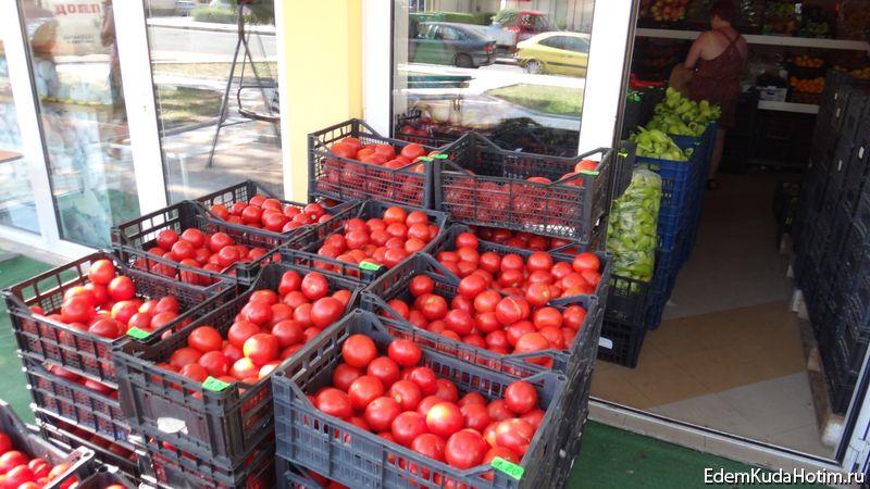 Фрукты и овощи стоят в ящиках прямо на улице. Набираешь, сколько нужно и идешь в магазин расплачиваться. Цены не кусаются.