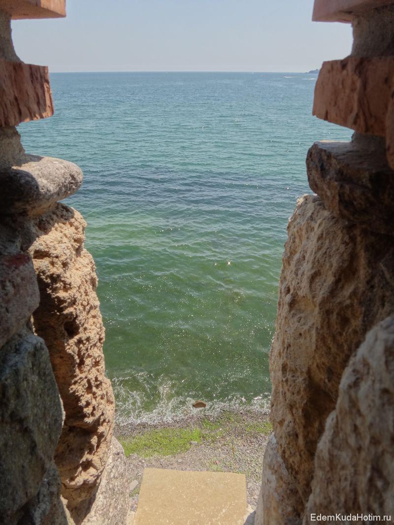 Вид из бойницы крепости на море