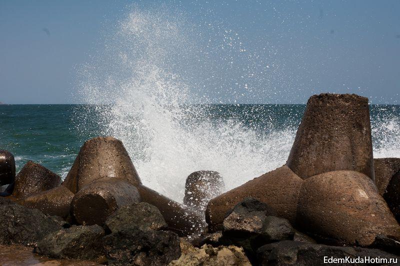 Прибой поднимает в воздух большое количество соленой водяной пыли - берегите оптику фотоаппарата!
