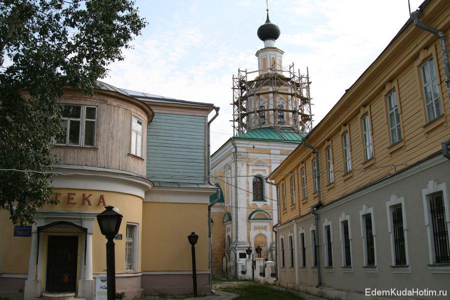Вся историческая часть застроена малоэтажными каменными домами