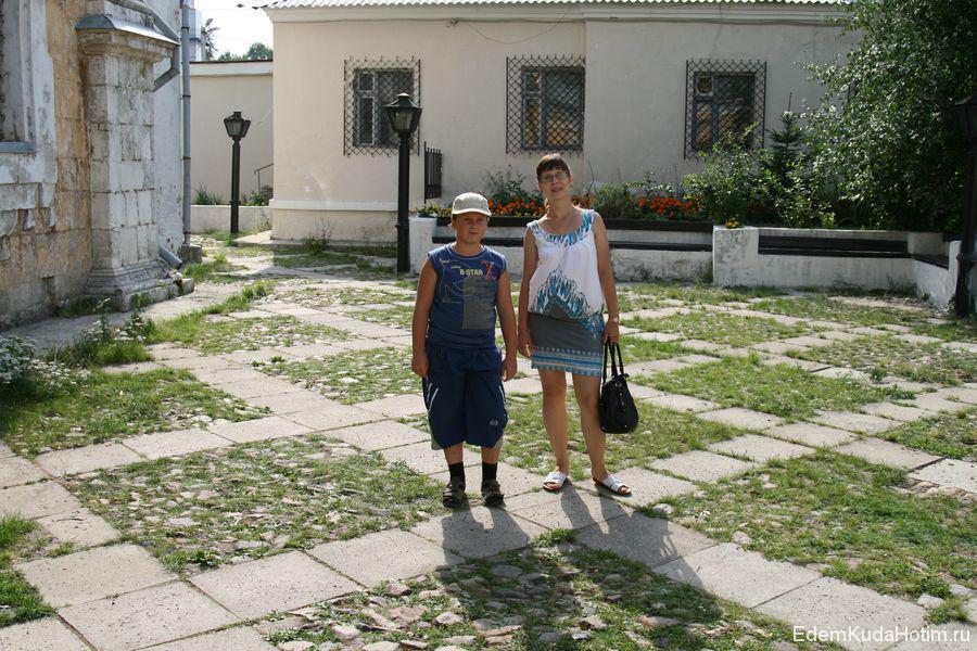 Мои жена Наталья и ее племянник Никита в аккуратном владимирском дворике :)