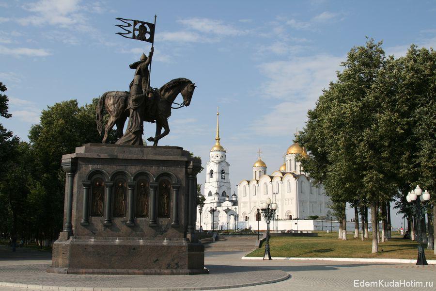 Памятник с собором образуют неплохую композицию