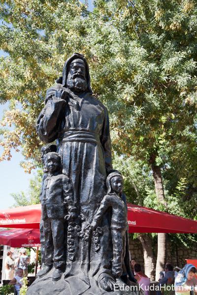 """Статуя """"Рождественского отца"""" Николая в окружении детей"""