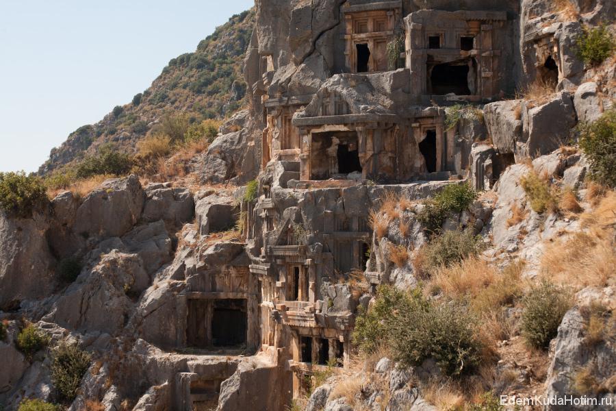 Особенно хорошо древние захоронения можно рассмотреть с верхушки амфитеатра