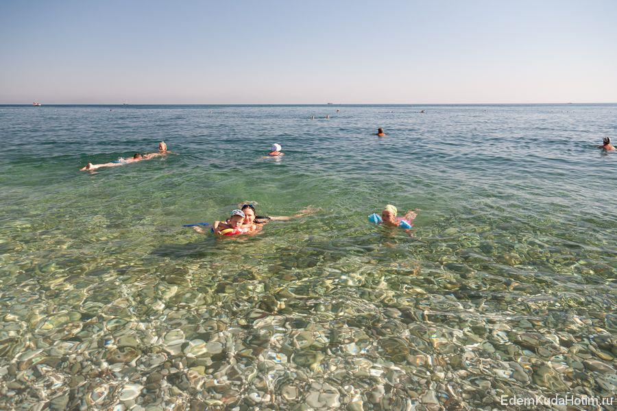 Вода очень чистая - даже на большой глубине дно отчетливо видно