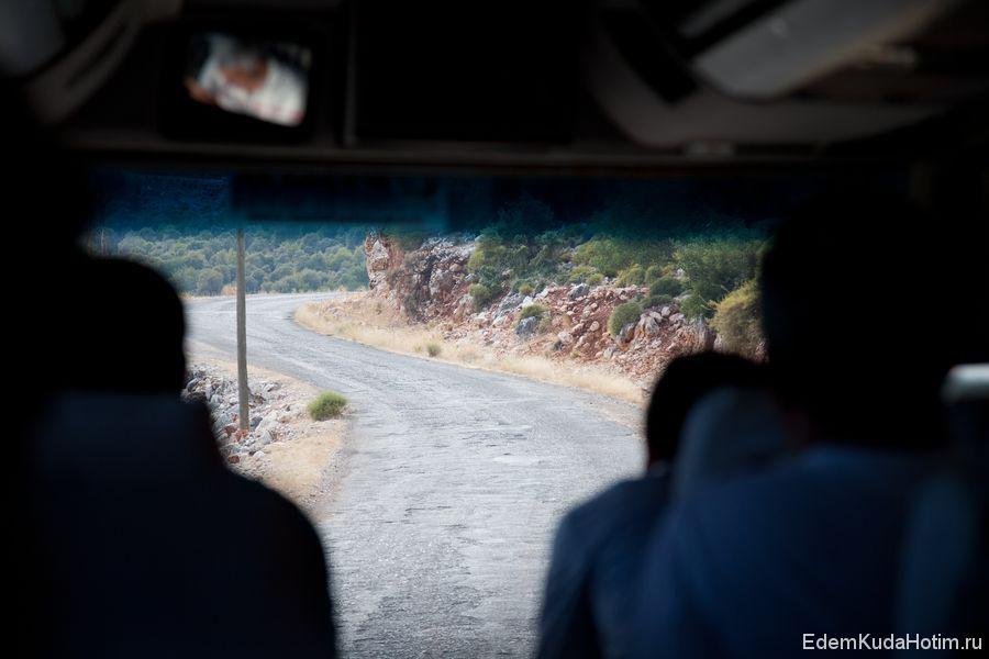 Узкая горная дорога (съемка через лобовое стекло автобуса из салона)