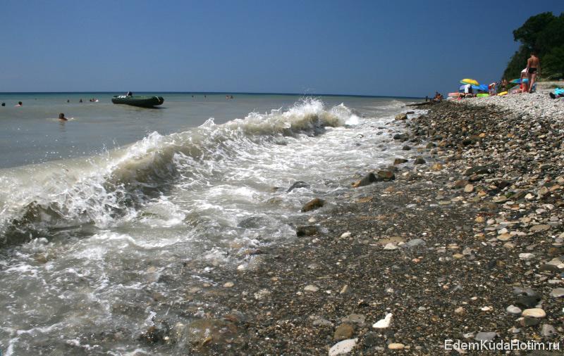 Галечный пляж в Небуге