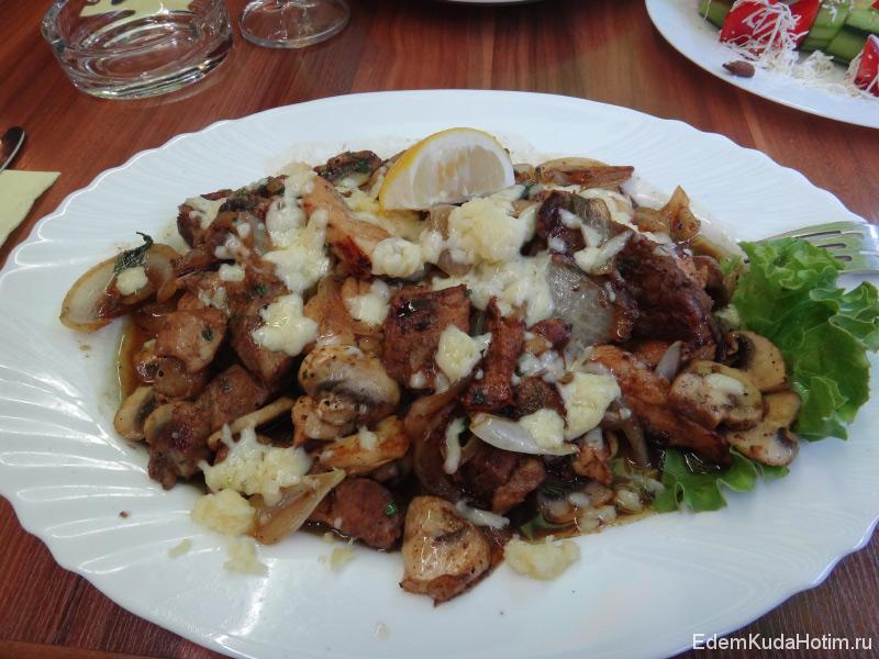 """Это """"второе блюдо"""" - огромная порция мясного деликатесса. Стоимость - 8 левов (около 180 рублей)"""