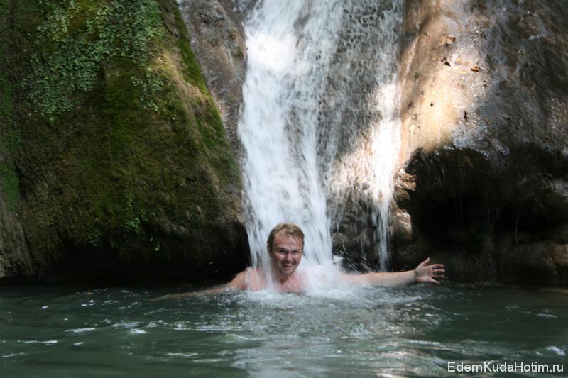 Купание в водопаде