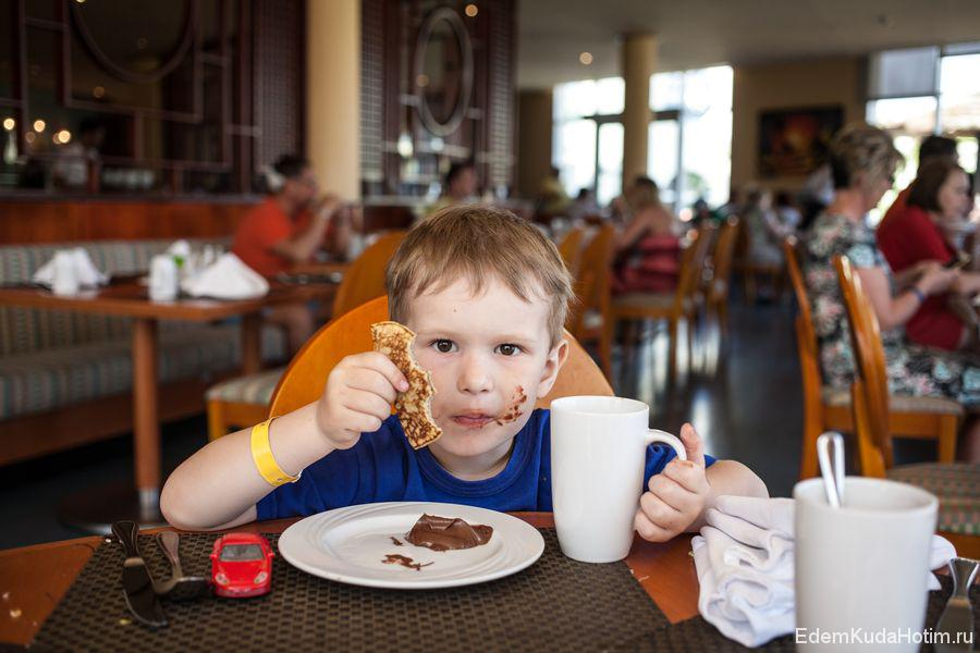 Особой популярностюь среди Макса пользовались блины, пироженки и булочки :)