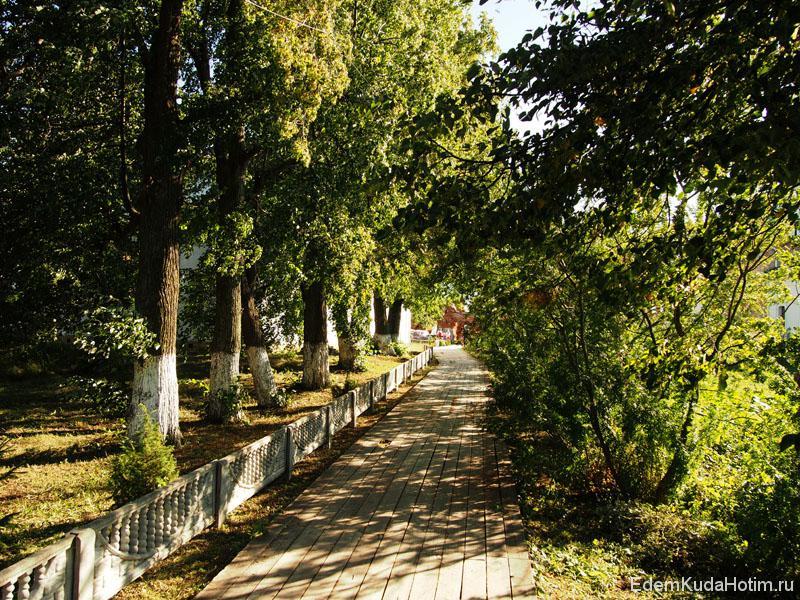 По острову проложен деревянный тротуар, по нему можно дойти до монастыря