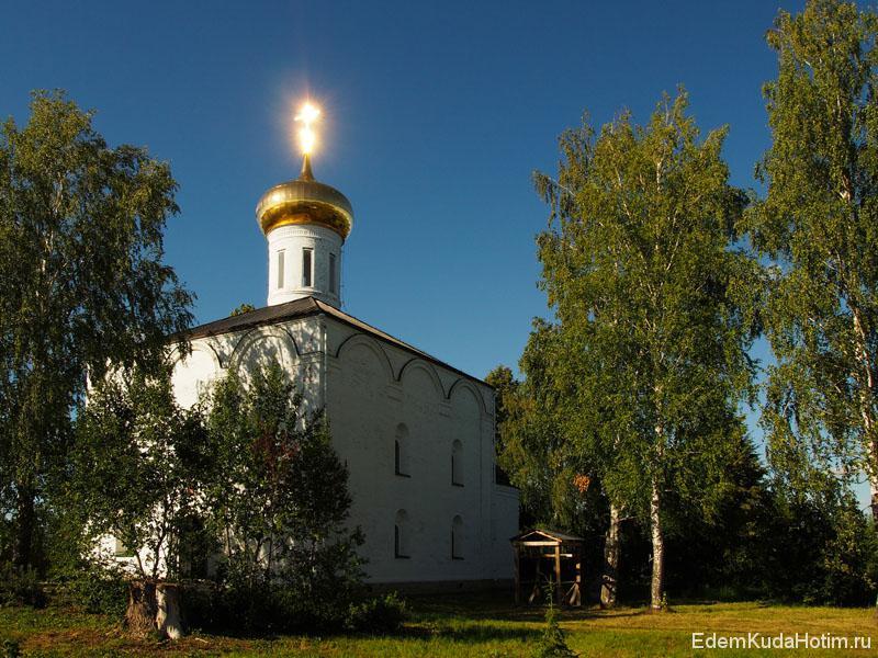 Кресты отражают солнечный свет не только утром, но и во второй половине дня (уже со стороны монастыря)