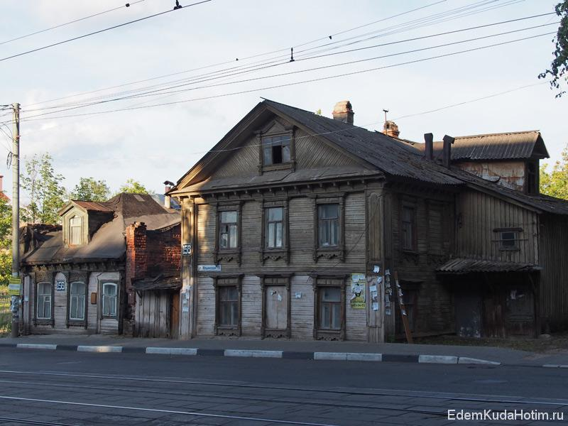 Эти два дома стоят вплотную друг к другу, однако их разделяет толстая кирпичная стена - брандмауэр (на случай пожара)