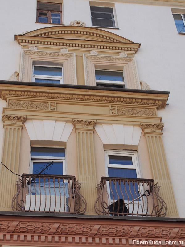 У дома напротив изящные балконы с кованными решетками. Снеговая лопата на одном из них - как вишенка на торте :)