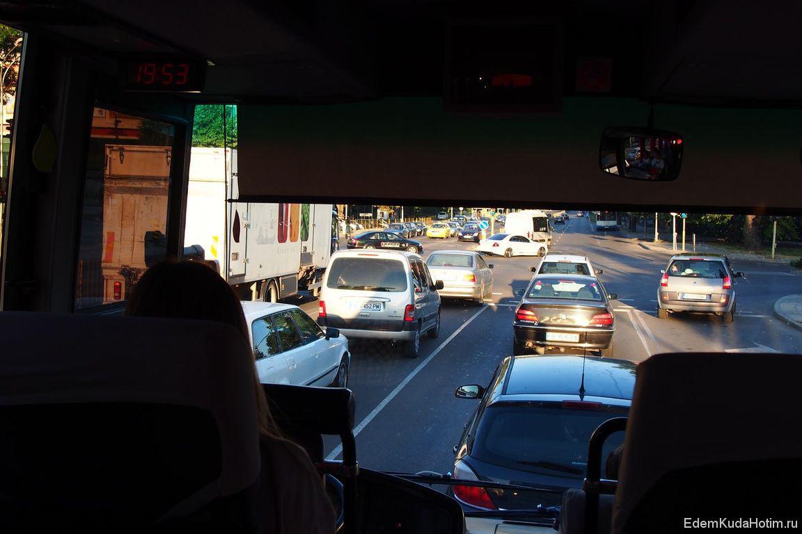 Автобус пробирается по  улицам Варны