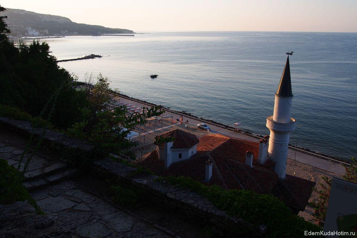 Вид на дворец и море