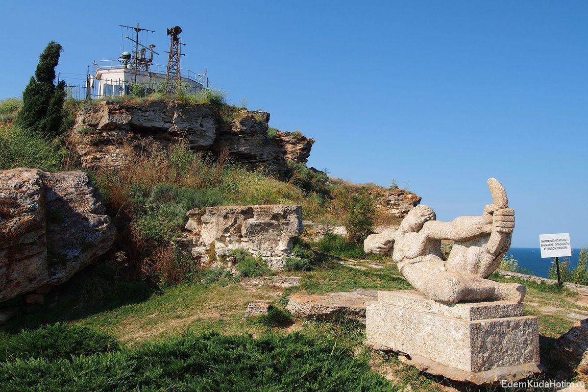 Памятник защитникам. На заднем плане - военный объект :)