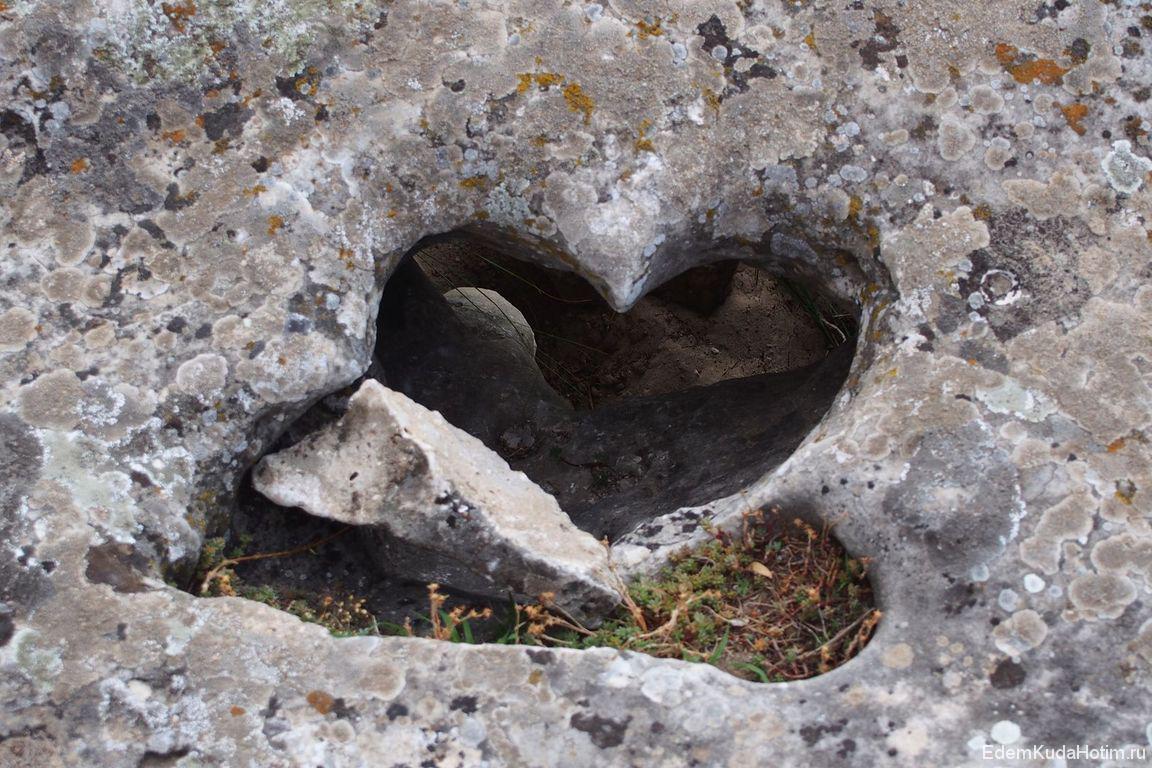 Сердце два. Мы его нашли и показали фотоэкскурсоводу, он о существовании этого камня не знал. Видимо, скоро на Побитых камнях появится новая легенда :)