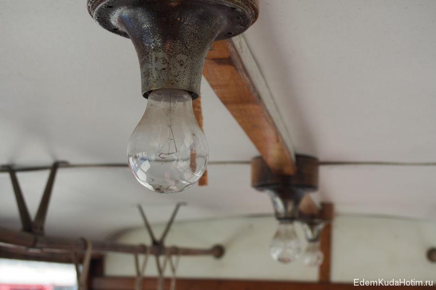 Лампочки салонного освещения в одном из старых трамваев
