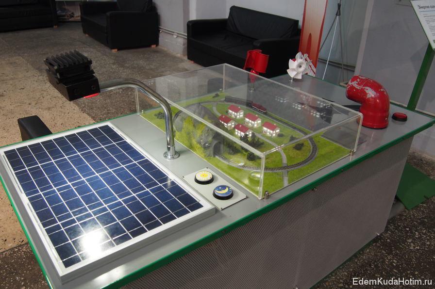 Этот стенд демонстрирует работу солнечной батареи и ветрогенераторов. Окна в домиках питаются от солнечной батареи (слева), а поезд ездит от электроэнергии, вырабатываемой ветровиками (на заднем плена)