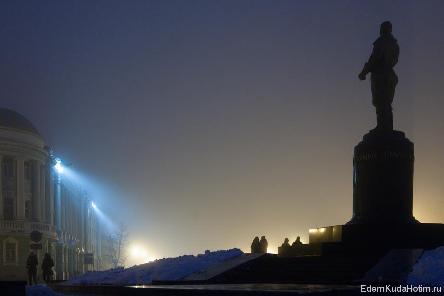 Памятник Чкалову в вечернем тумане
