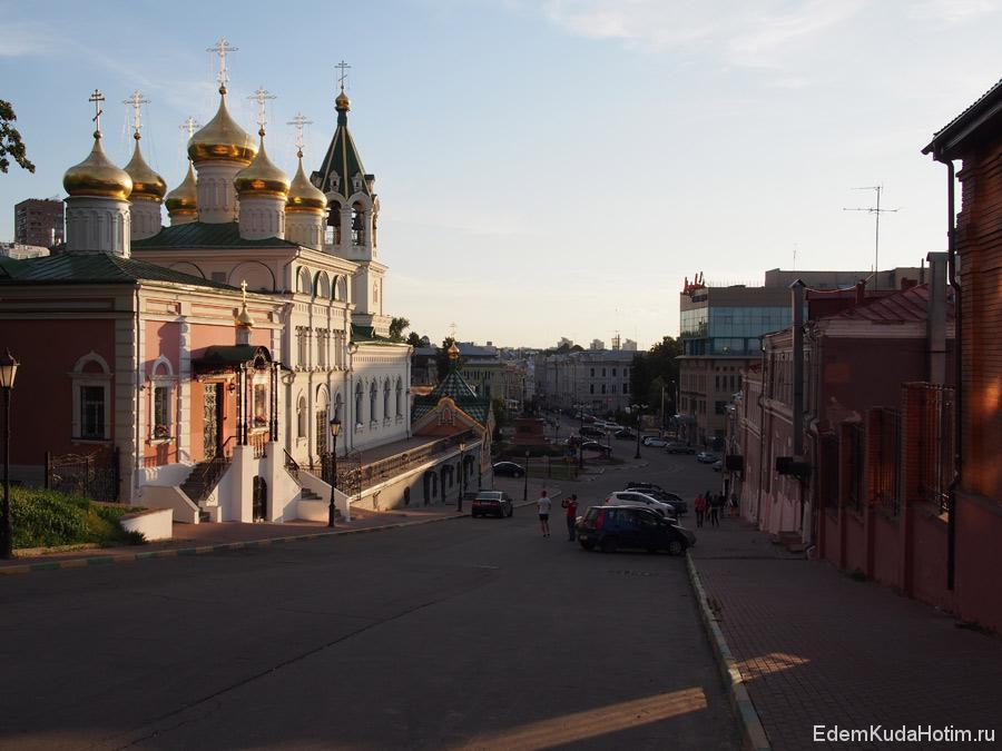 Спуск к площади Народного единства и улице Рождественской