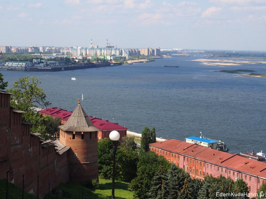 Вид со смотровой площадки от памятника Чкалову летом. На дальнем плане - Заречная часть города. Слева Ока, справа - Волга.