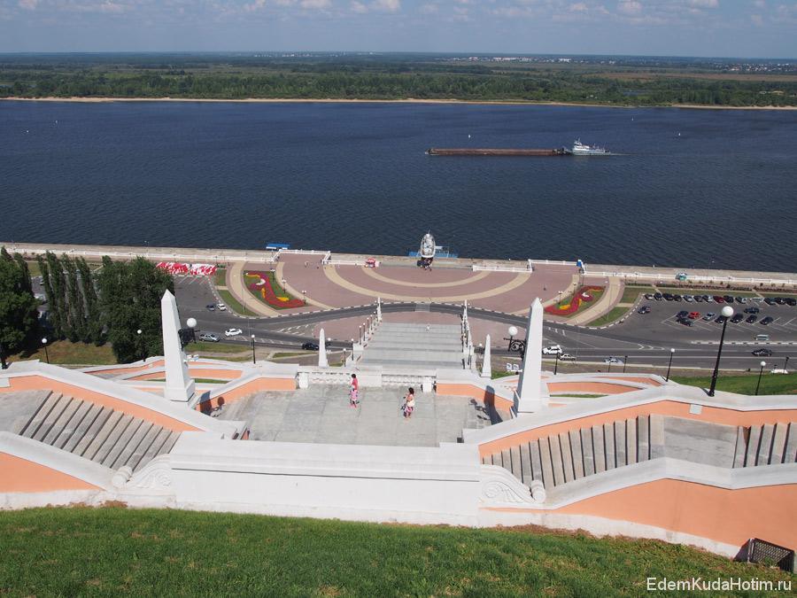 Вид на Волгу со смотровой площадки. Внизу памятник - Катер Герой