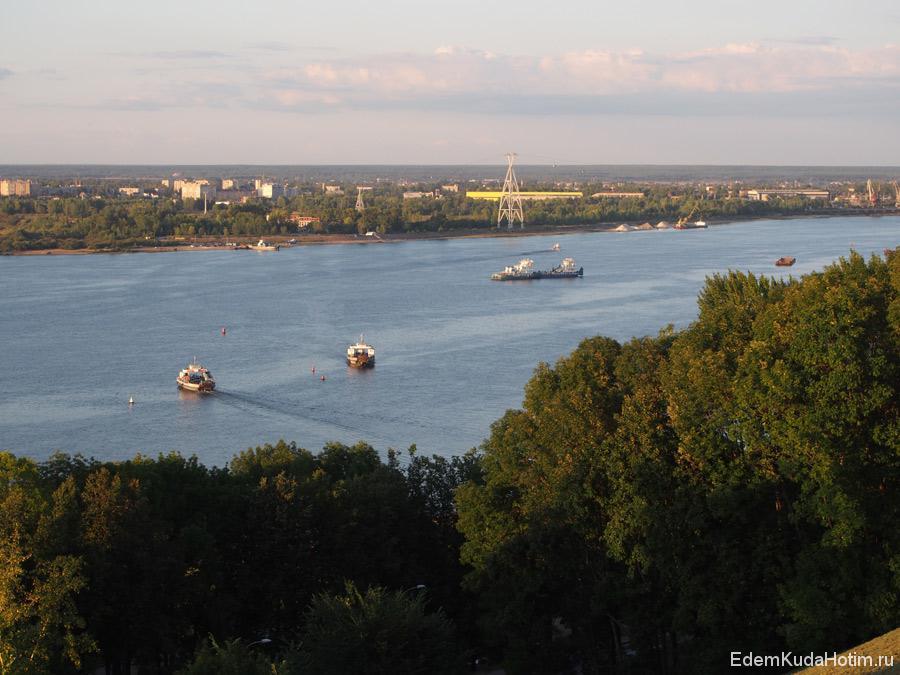 На дальнем плане - город Бор. Вышка - стойка канатной дороги, соединяющей Нижни Новгород и Бор.