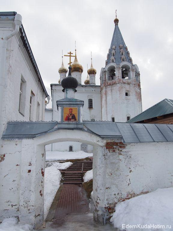 Вход в Свято-Троице-Никольский мужской монастырь