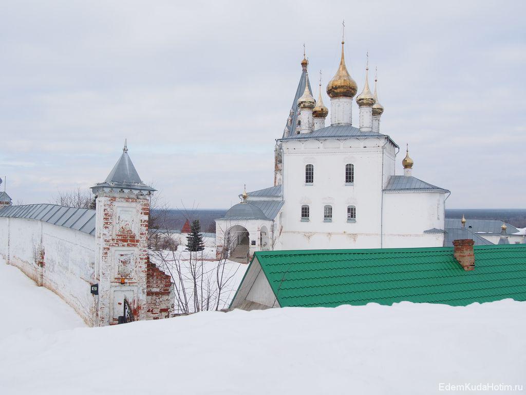 Вид на Никольский монастырь с земляного вала