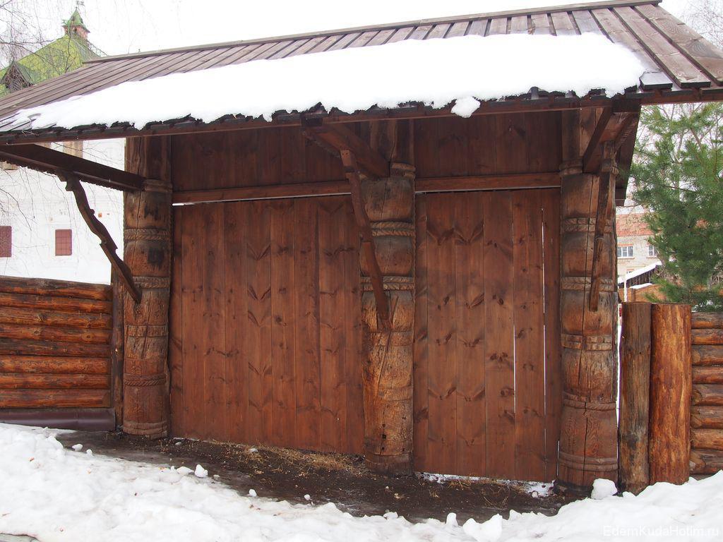 Дубовые ворота с резными столбами