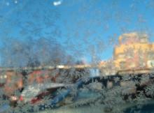Иней на стекле автомобиля