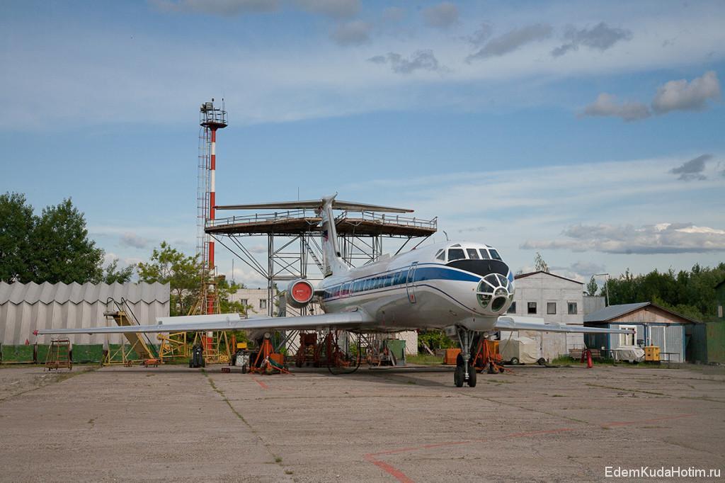 """Ту-134 практически в """"советской"""" раскраске, такой, каким мы его привыкли видеть в советских фильмах. Только на киле флаг-триколор."""