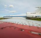 Фотоаппарат с широкоугольным объективом был поставлен на край крыла