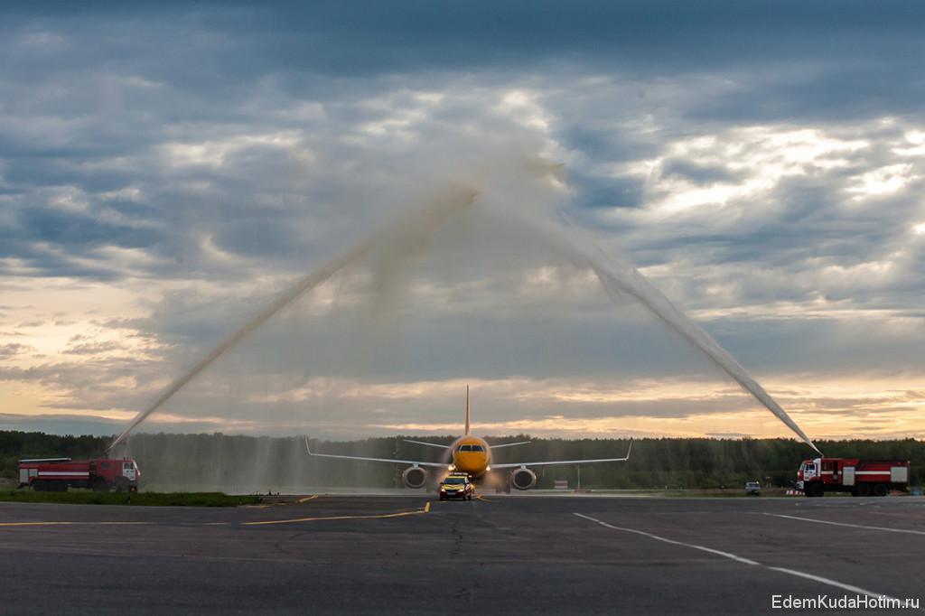 Пожарные машины салютуют первому рейсу