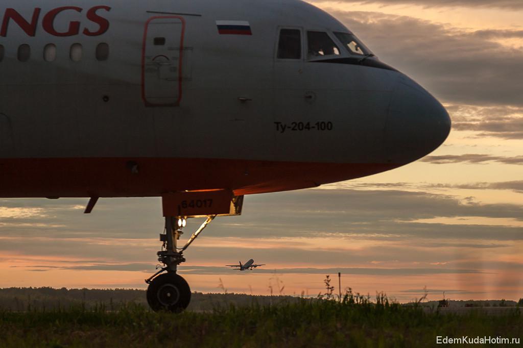 Момент! Взлетающий А320 как будто выскакивает из-под стойки шасси Ту-204 :)