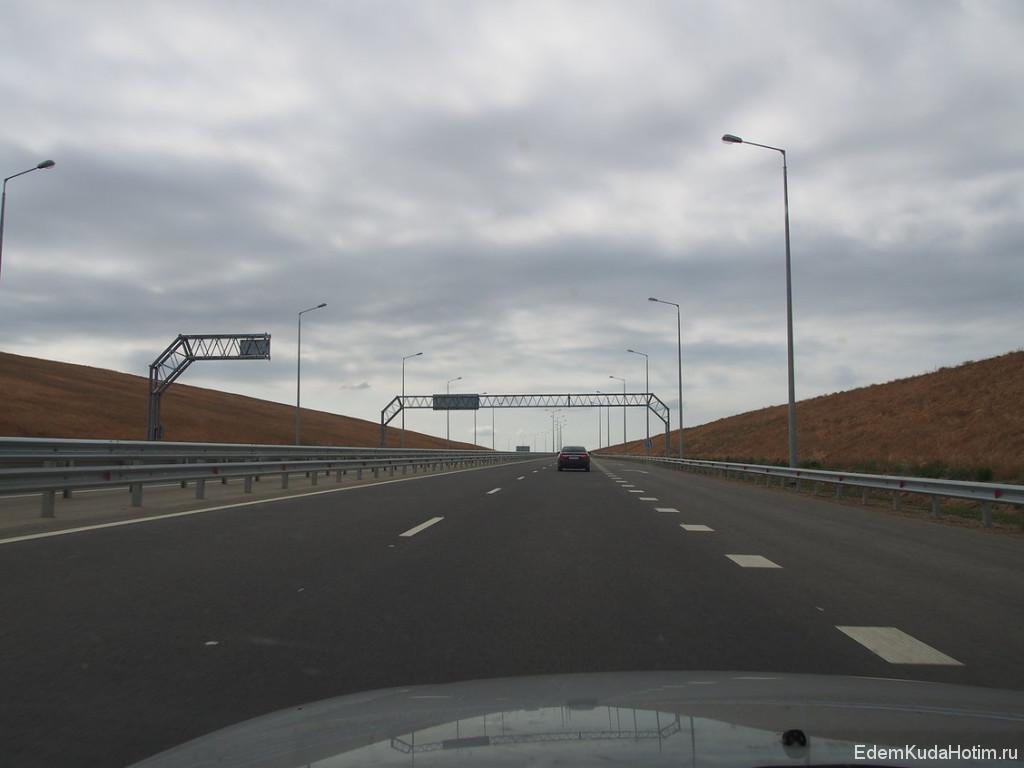 Подход к Крымскому мосту. Идеально гладкий асфальт, повороты с виражами. Теоретически можно легко гнать под 200, но мы были законопослушными и ехали 90-100.