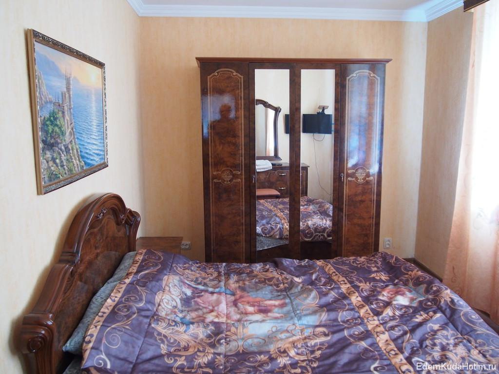 Если гостинная Эрмитаж, то спальня - чуть ли не Лувр :)