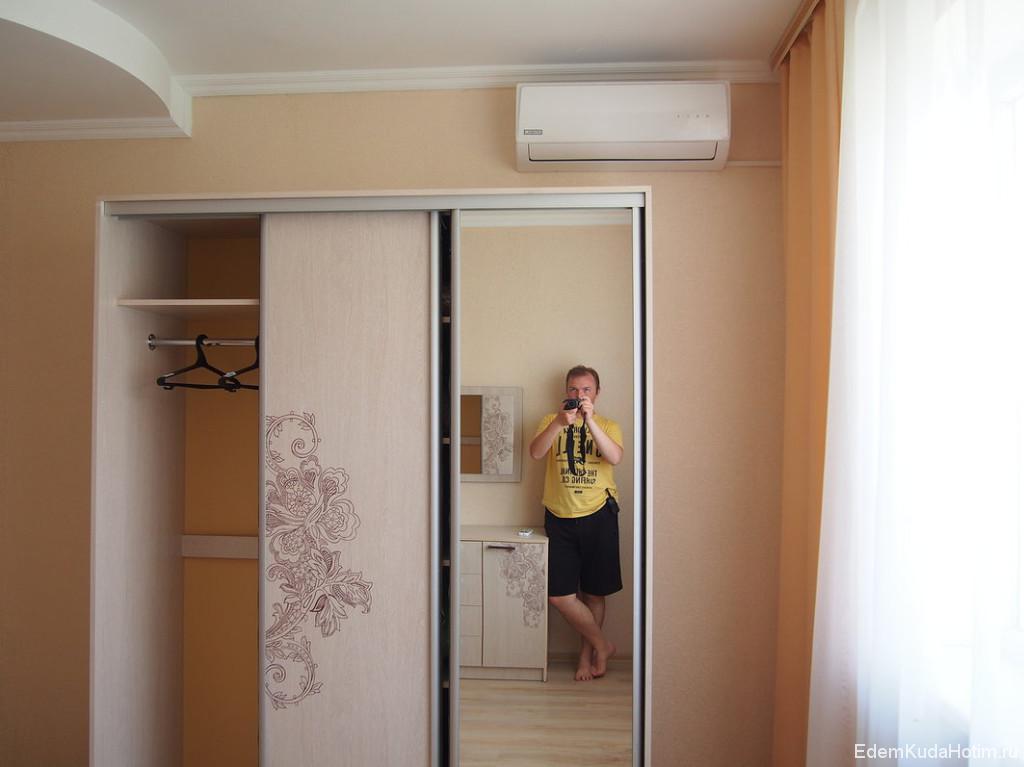 В спальне шифоньер и кондиционер