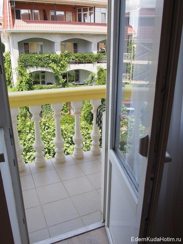Из комнаты выход на небольшой балкон. На балконе сушилка