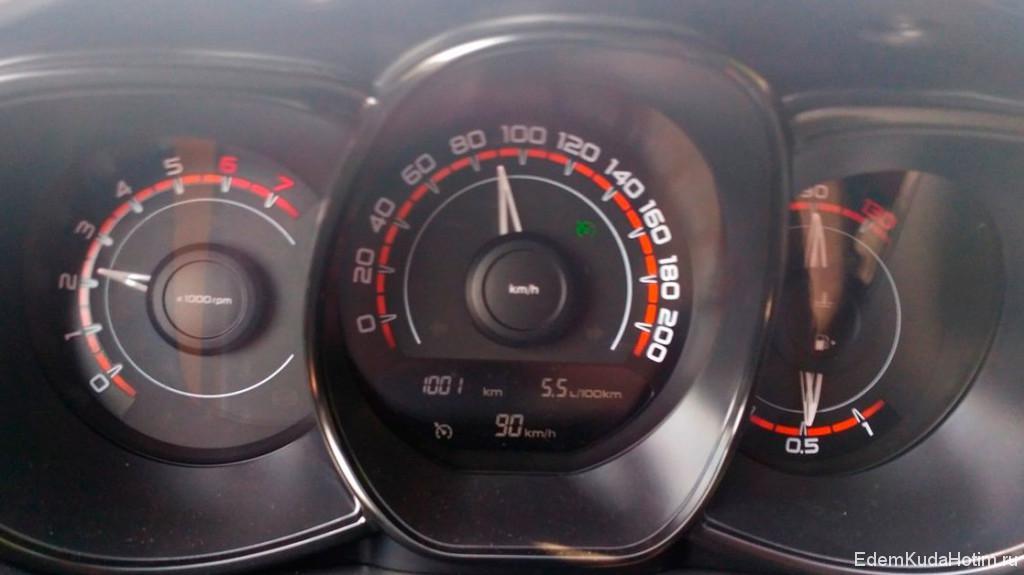 Пробег 1001 километр, едем на круиз-контроле 90 км/ч, мгновенный расход 5.5 л на сотню