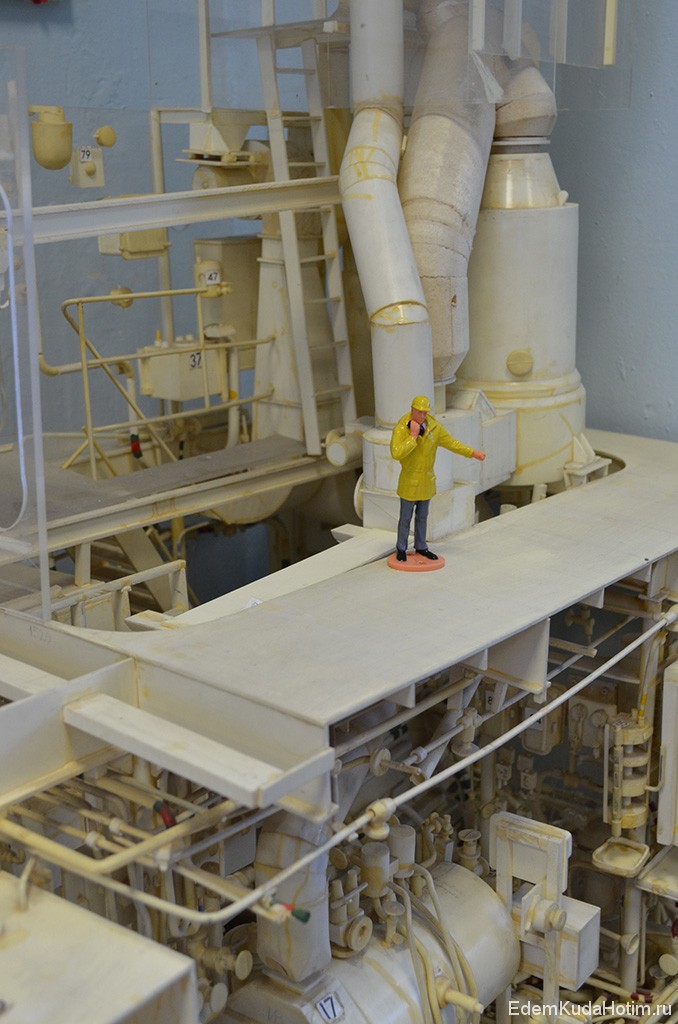 Вероятно, макет современной корабельной силовой установки, но я могу ошибаться. Это же сколько терпения нужно иметь, чтобы собирать подобные макеты :)